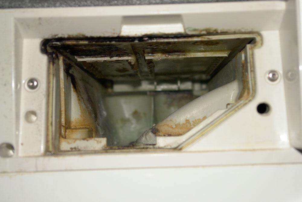çamaşır makinesi deterjan gözü arkası